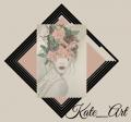 logo Kate_Art carré avec un leger fond rose très claire. Au milieu il ya un cadre noir retourné avec les coins sur les côtés de logo et dessus on voit le dessin portrait feminin moderne avec un grand chinion monté avec des fleurs et papiloons rose claire dessus. Tout ceci est fait aux crayons papier par l'auteur de ce site et l'artiste qui a dessiné ce portrait, Katarzyna Boduch. La signature graphique de Kate_Art se trouve en bas à droite de carré noir