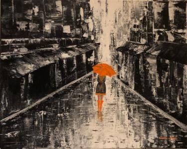 """""""In the rain"""" - Peinture Acrylique fait tout couteau, noir et blanc, toile 40x50 en coton sur un châssis en bois. L'oeuvre présente une femme avec un parapluie orange marchant sous la plusie dans une ville - fond abstrait noir et blanc"""
