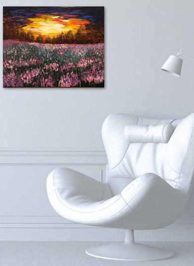 Coucher de soleil sur le champ fleuri, tableau exposé sur le mur dans un bureau