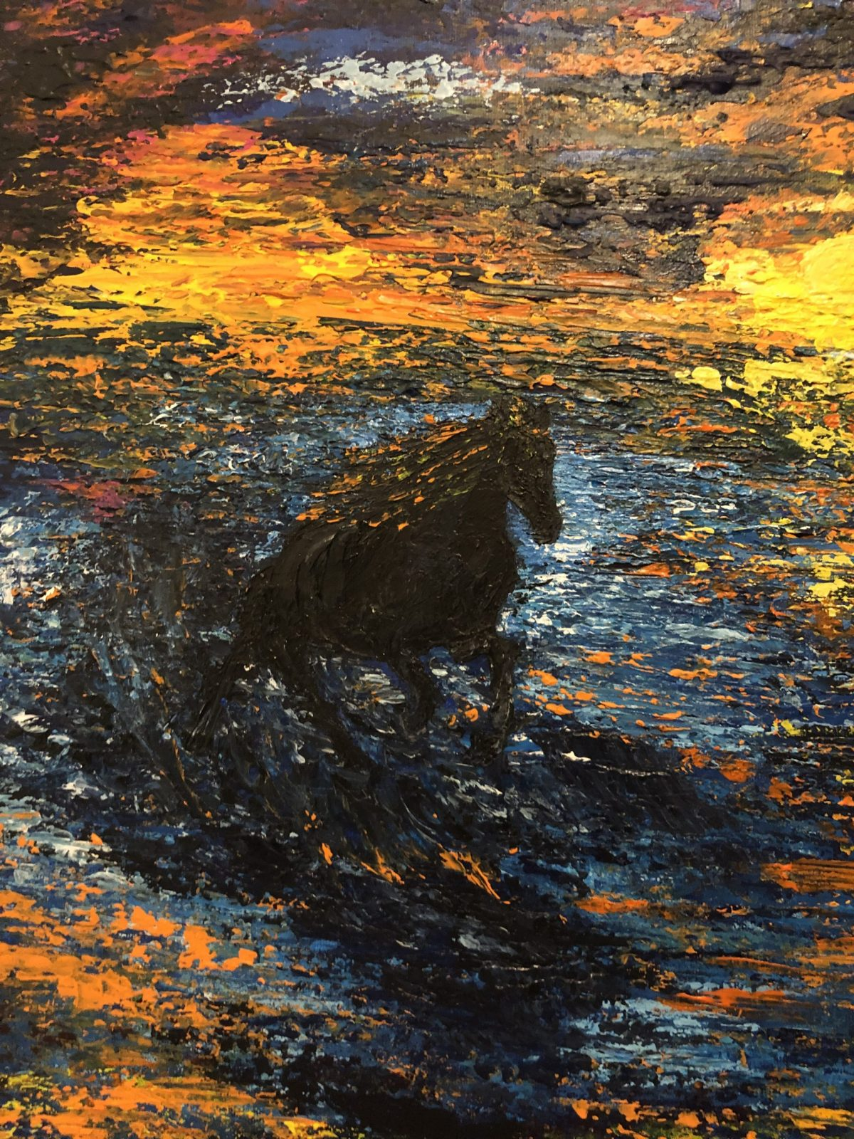 Galopant dans la vague au coucher de soleil, gros plan sur le cheval