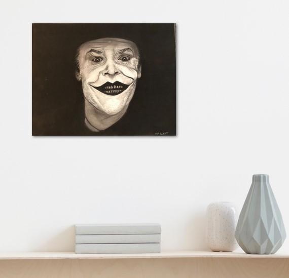 Joker, dessin pastel noir et blanc, affiché sur le mur